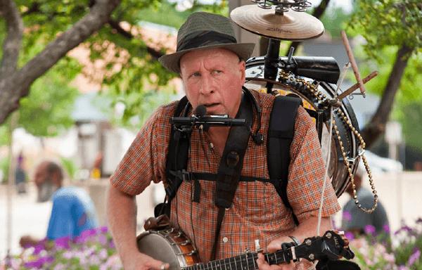 Заработок музыканта - игра на улице, в городе